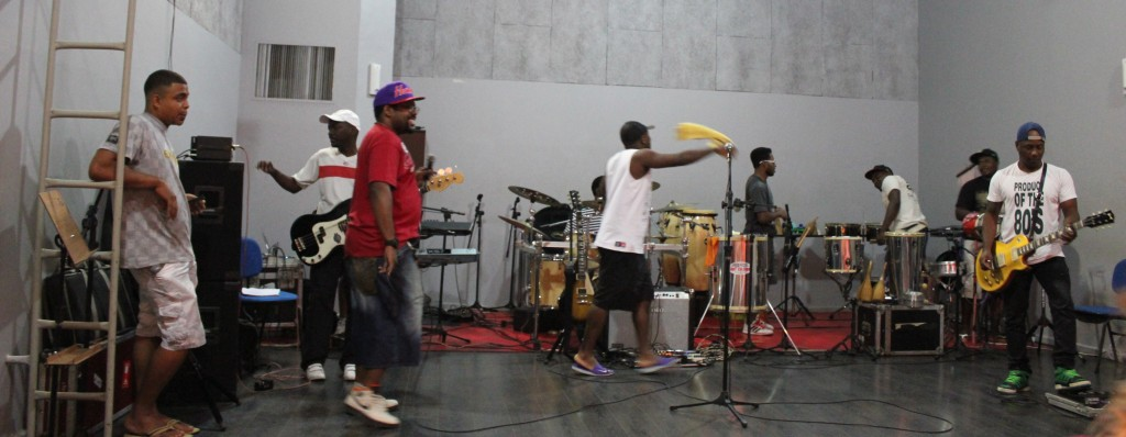 Anderson Sa rocking out with AfroReggae 21.
